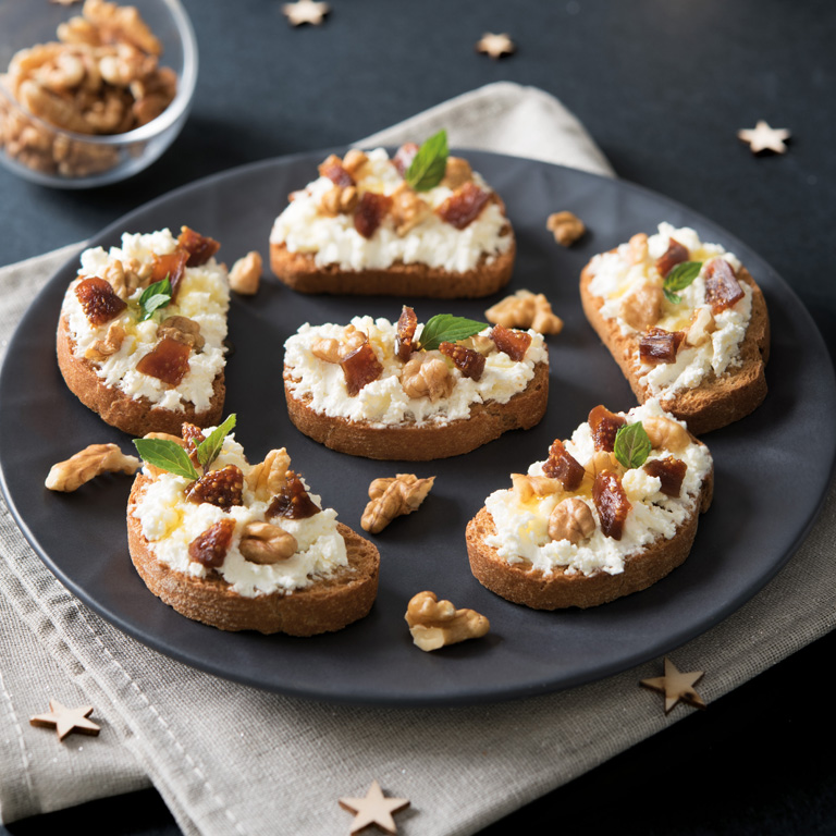 Mini toasts fromage frais aux noix et figues