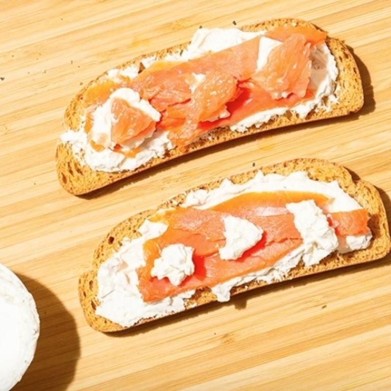 Tartines de pain saumon et cream cheese