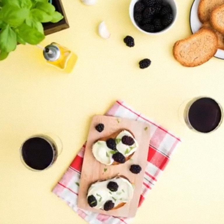 Tartines mûres-chèvre-basilic